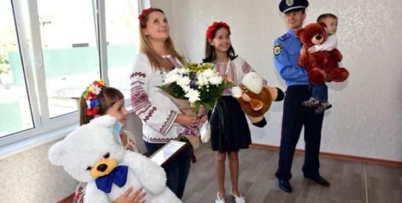Полицейские-переселенцы, сохранившие верность присяге, получили квартиры в Мариуполе. ВИДЕО